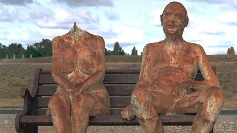 """Ohne Kopf präsentiert sich die Nackt-Skulptur von Königin Elizabeth II. neben der ihres Mannes Prinz Philip. Die umstrittenen Nackt-Skulpturen von Königin Elizabeth II. und ihrem Mann Prinz Philip sind am 16.4.95 aus einem Park der australischen Hauptstadt Canberra entfernt worden. In der Nacht zuvor hatten Vandalen das Kunstwerk mit dem Titel """"Liz und Phil unten am See"""" fast vollkommen zerstört. Das Werk des Melbourner Künstlers Greg Taylor hatte bereits in der vergangenen Woche für erheblichen Wirbel gesorgt und vor allem die Anhänger der konstitutionellen Monarchie Australiens verärgert."""