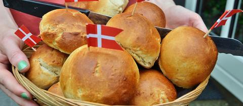 Brötchen (Boller) mit kleinen dänsichen Flaggen