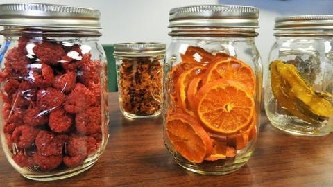 Verschiedene kandierte Früchte in Gläsern
