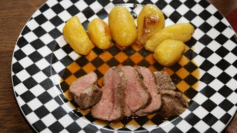 Lammbraten und Kartoffeln auf einem Teller