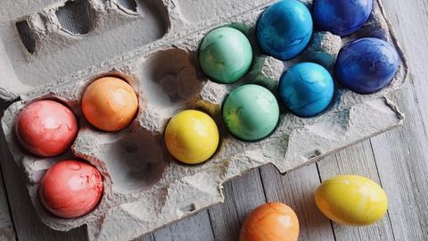 Bunte Ostereier in einer Eierkiste