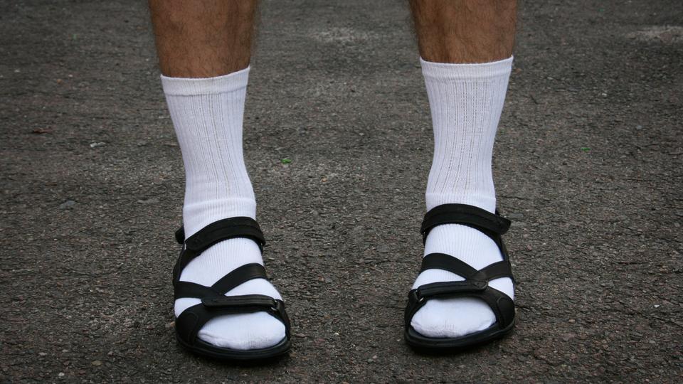 Mann in Sandalen und weißen Socken