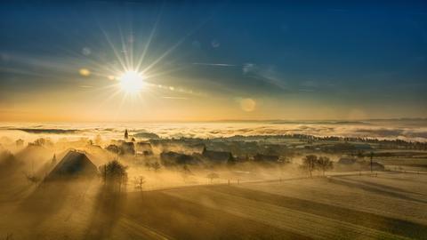 """Nebel ist nicht unbedingt """"beliebt"""", aber im Zusammenspiel mit dem Sonnenaufgang liefert er ein Naturschauspiel, dass man im Hier und Jetzt nur genießen kann."""