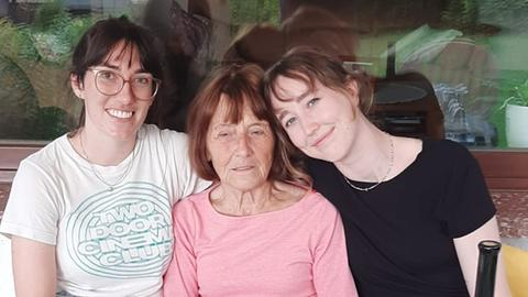 Anna Sophia und Annika mit Oma Thea