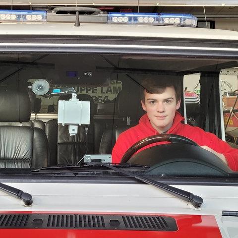 David Weiß mit seinem System in einem Rettungsfahrzeug