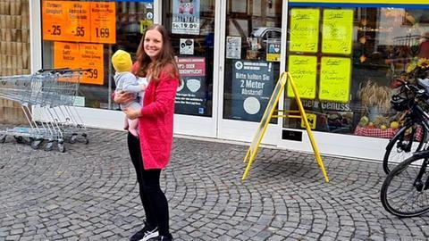 Stefanie Gärtner mit Kind auf dem Arm vor dem Laden in Crainfeld