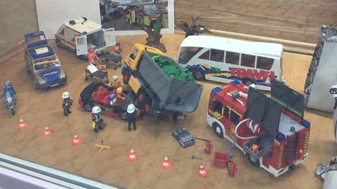 Ein Unfall mit einem Reisebus und einem LKW - die Feuerwehr ist schon vor Ort.