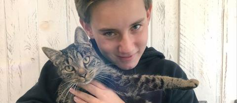 Luca ist glücklich: sein Kater Olly ist wieder da