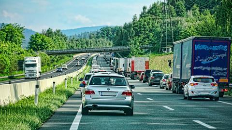 Fahrzeuge auf einer zweispurigen Autobahn bilden eine Rettungsgasse.