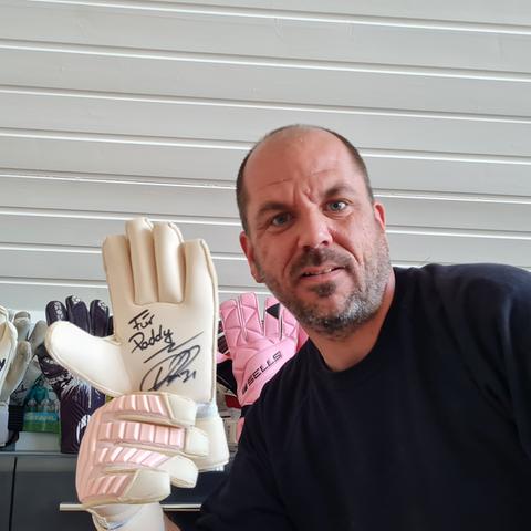 Patrick Schuch mit den Handschuhen von Kevin Trapp