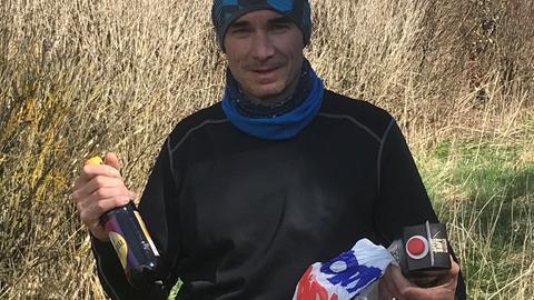 Uwe Becker sammelt beim Joggen Müll