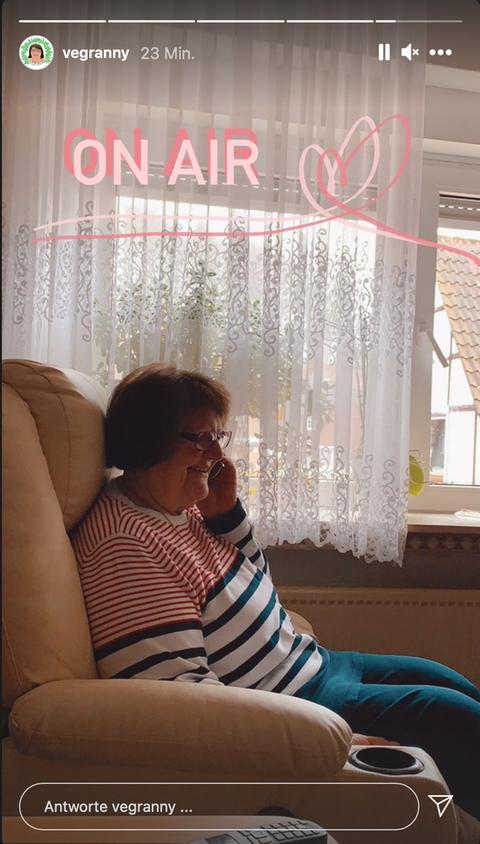 """Die """"Vegranny"""" Herta Fleck telefoniert mit hr4-Moderatorin Anke Oldewage, ihre Enkelinnen posten es bei Instagram."""