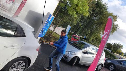 hr4-Moderator Uwe Becker beim Autowaschen