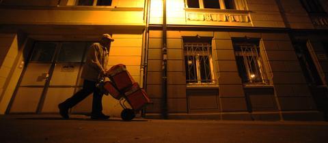 Zeitungsausträger läuft am frühen Morgen durch Wiesbaden