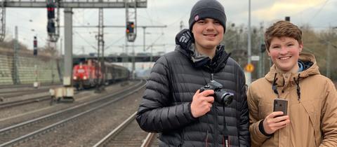 Jakob Glomb und Constantin Krahn am Bahnhof Wilhelmshöhe
