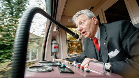 Fahrer macht Durchsage in einer Straßenbahn
