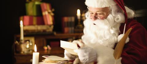 Weihnachtsmann mit einem Brief