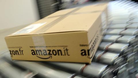 Amazon-Paket auf dem Band im Sortiercenter