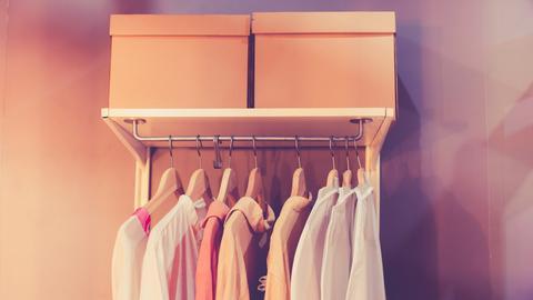 Hemden hängen in einem Schrank
