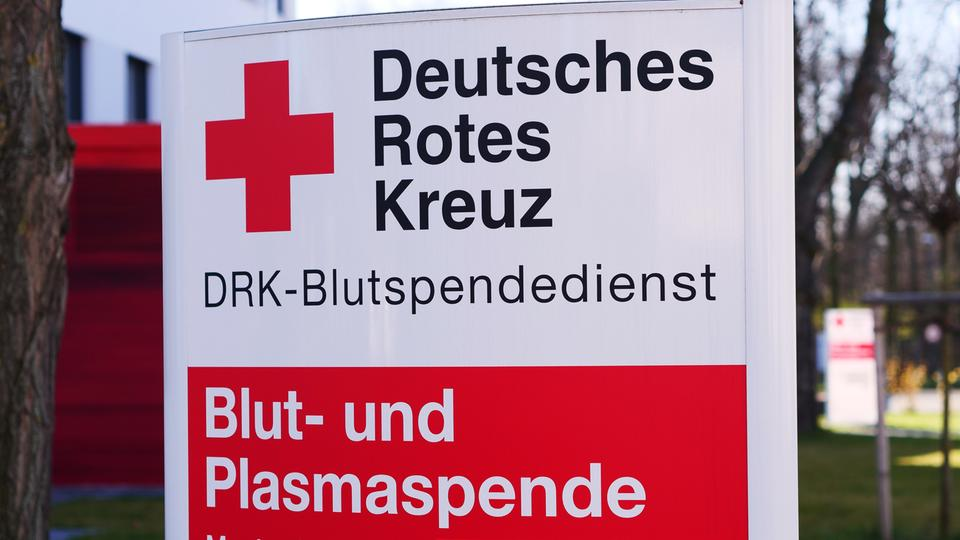 Schhild des Deutschen Roten Kreuzes auf Blut- und Plasmaspende