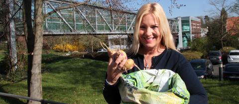 Britta Wiegand mit Kartoffeln und Sack