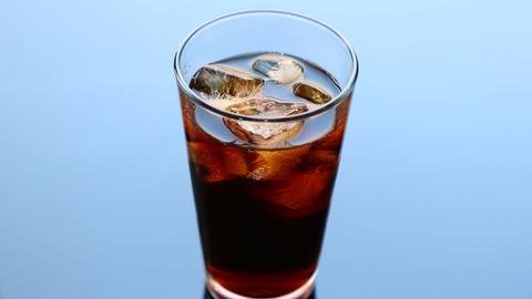 Ein Glas Cold Brew mit Eiswürfeln