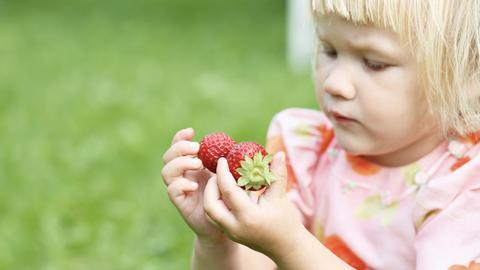 Kind mit Erdbeeren