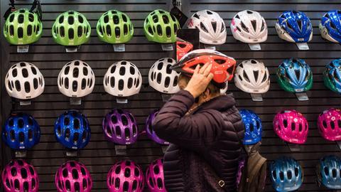 Fahrradhelme im Geschäft