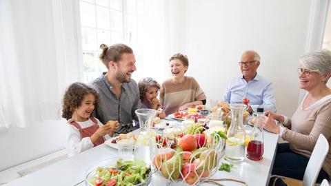 Eltern mit Kindern und Großeltern-Paar