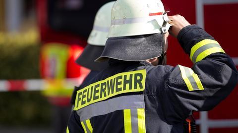 Ein Feuerwehrmann von hinten