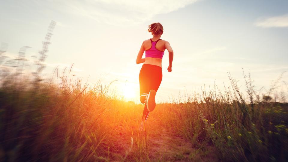 Eine Frau beim Joggen durch die Natur