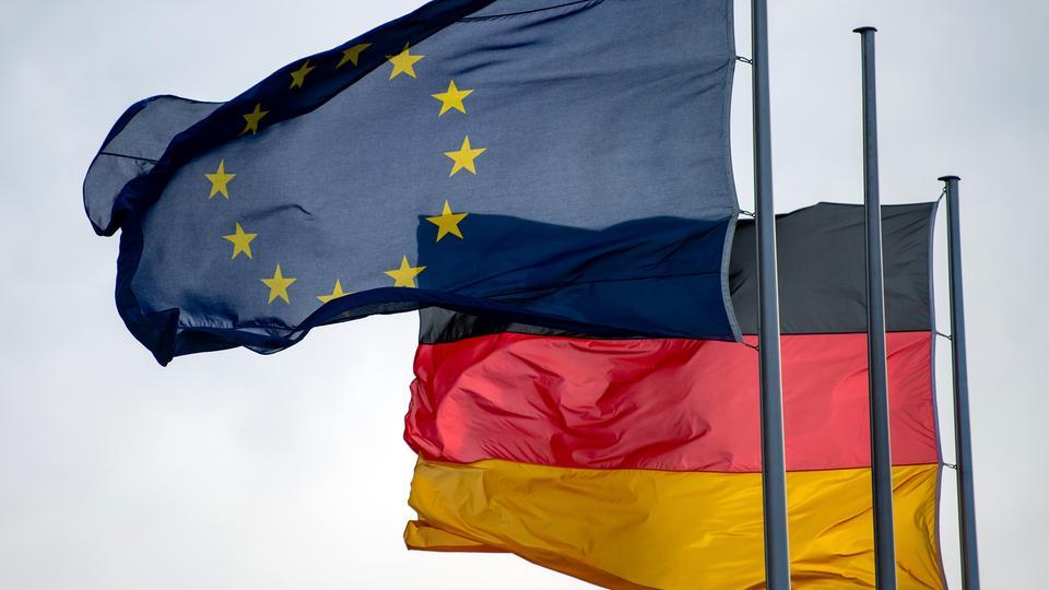 Europa- und Deutschland-Flagge