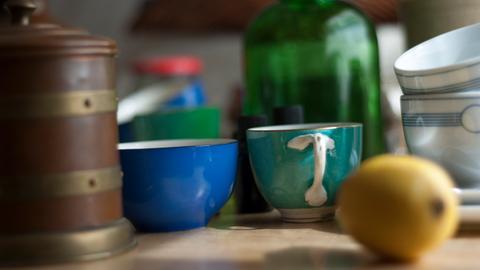 Alte Vasen und Tassen stehen auf einem Flohmarkt-Tisch