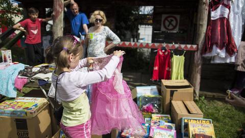 Ein Mädchen auf dem Flohmarkt