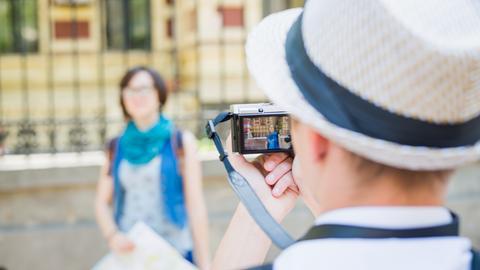 Will man eine Person vor einer Sehenswürdigkeit fotografieren, sollte der Abstand zur person gering sein