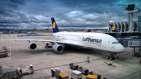 Abfertigung eines Airbus A380 auf dem Frankfurter Flughafen.