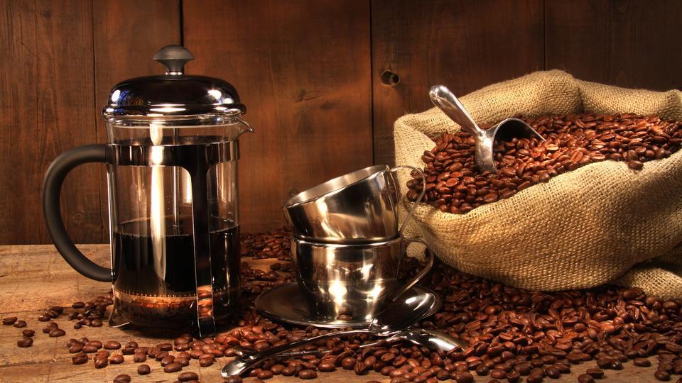 Pressstempelkanne mit einem Sack Kaffeebohnen