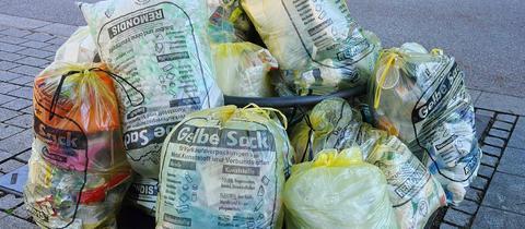 Gelbe Säcke auf einem Haufen