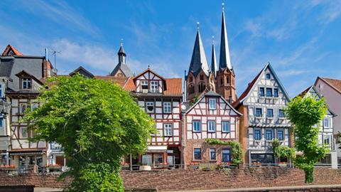 Der Untermarkt in Gelnhausen. Im Hintergrund sind die Türme der Marienkirche zu sehen.