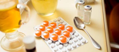 Medikamente stehen auf einem Tisch
