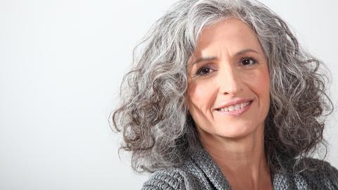 Eine Frau mit lockigem, grauen Haar