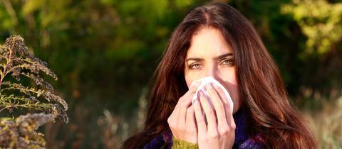 Frau, die erkältet ist