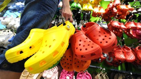 Gummischuhe hängen in einem Geschäft