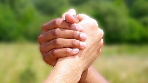 Freundschaft - zwei Hände beim Händedruck