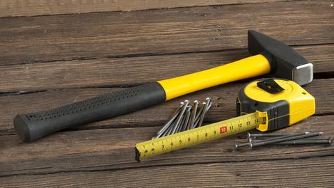 Hammer, Nägel und Maßband