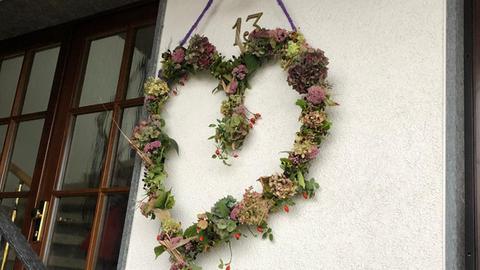 Das Herbst-Herz hängt außen an der Wand neben der Haustür.