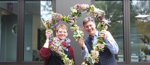 Floristmeisterin Kathrin Appel-Göllner und hr4-Moderator Dieter Voss mit dem Herbst-Herz