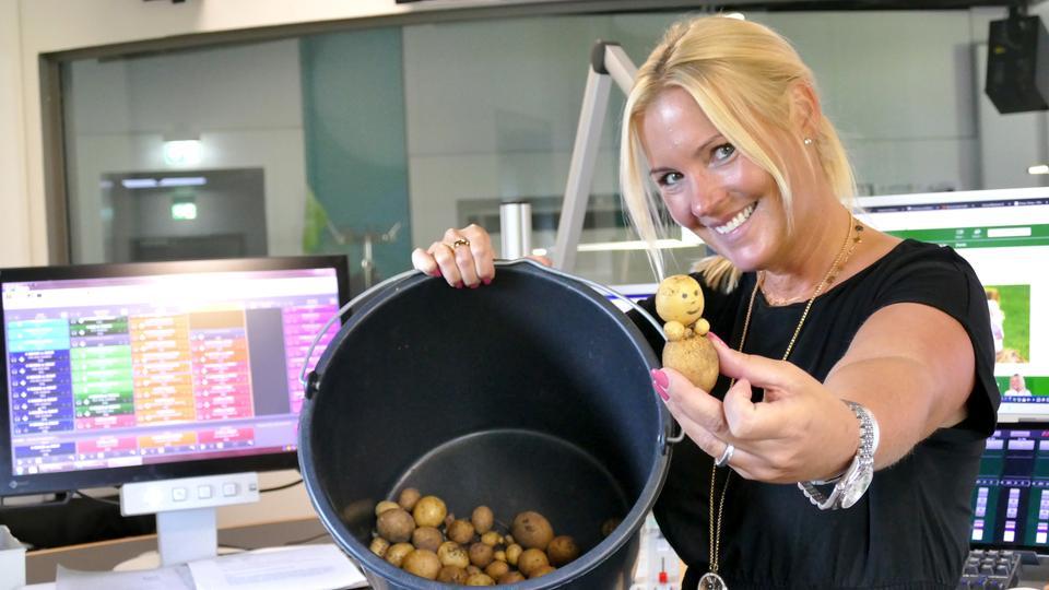 Britta Wiegand mit der Kartoffeln-Ausbeute