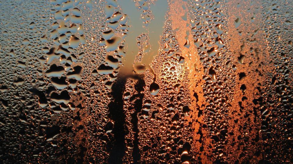 Kondenswasser an einer Scheibe