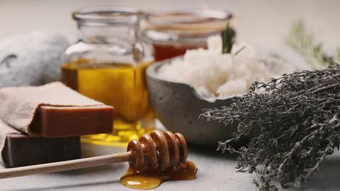 Egal ob Honig oder Thymian - aus vielen Haushaltzutaten lassen sich tolle Pflegeprodukte anrühren.
